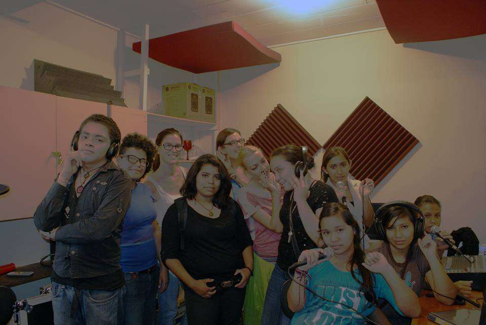 Las radialistas de Pura Vida Buena onda, las técnicas de sonido y las coordinadoras de la radio