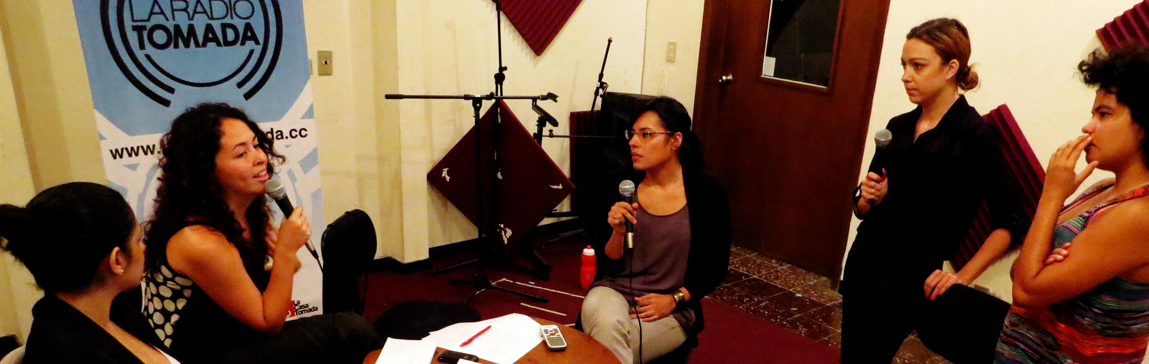 Cinco mujeres escuchando y platicando sobre Cultura Política, integrantes de la Oveja Negra y La Radio Tomada